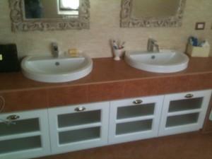 Mobile bagno con antine a ribalta laccate e vetro satinato