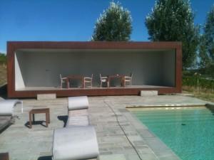 Pool house con particolare porte invisibili.