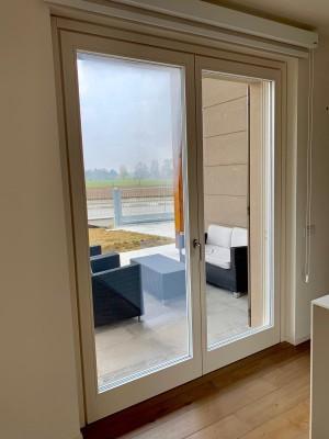Porta finestra complanare, interno in legno lamellare castagno americano.