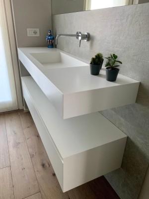 Mobile bagno con piano in betacryl e cassettoni smaltati
