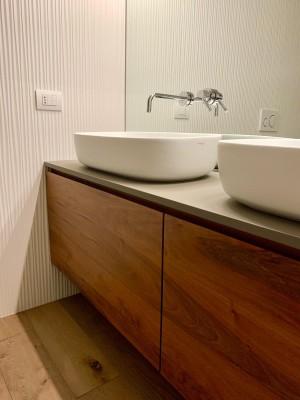 Mobile bagno a due cassettoni in legno noce nazionle massello con top in Fenix
